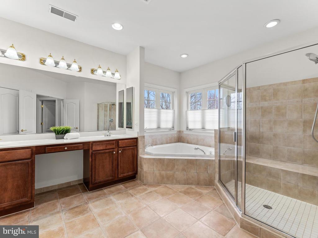 Owner's Bath w/ Soaking Tub - 21826 ENGLESIDE PL, BROADLANDS