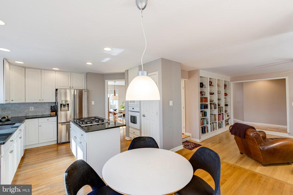 Kitchen and eat-in area opens to family room - 11205 PAVILION CLUB CT, RESTON