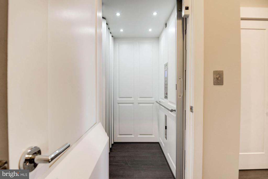Private elevator - 42388 SOAVE DR, BRAMBLETON