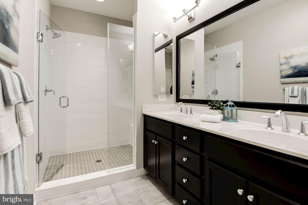 Master bathroom - 42388 SOAVE DR, BRAMBLETON