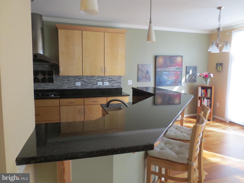 Kitchen with breakfast bar - 10623 LEGACY LN, FAIRFAX