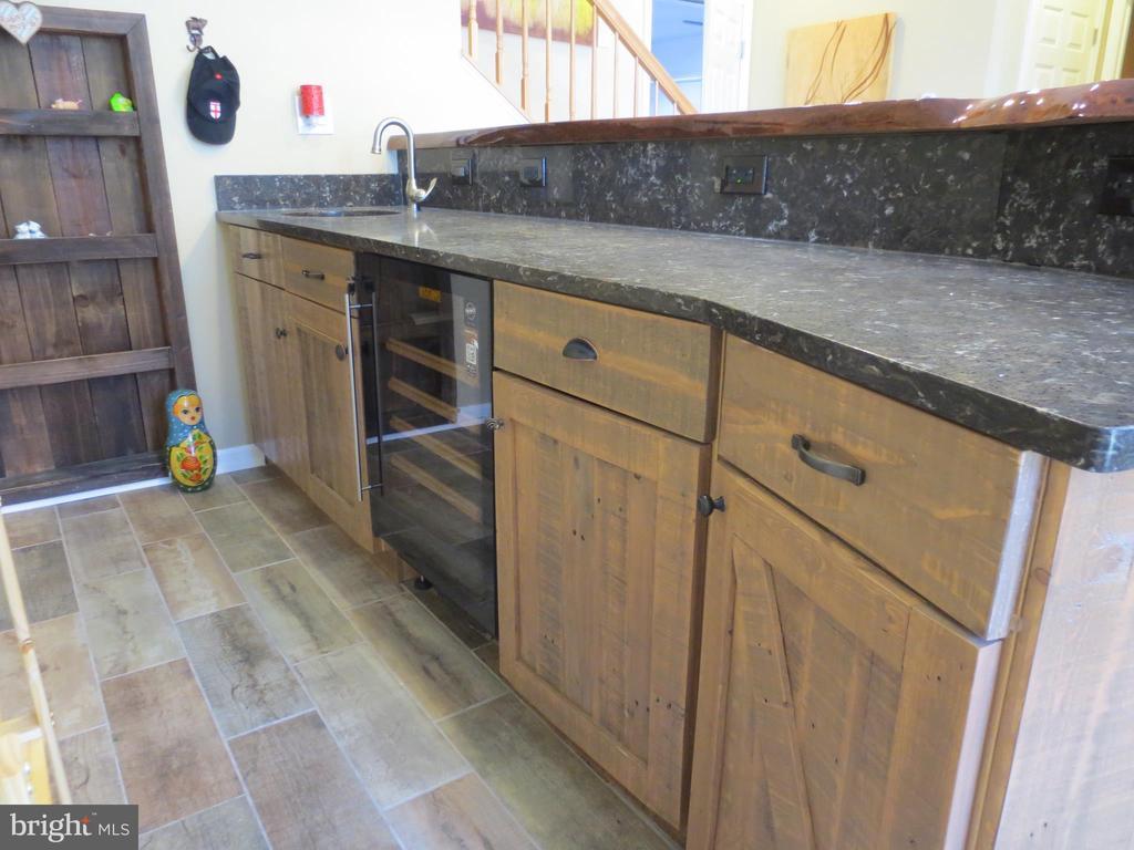 Custom cabinets - 10623 LEGACY LN, FAIRFAX