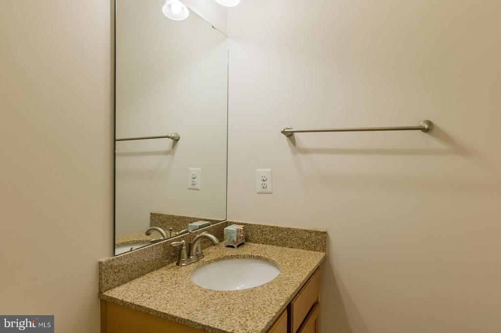 Main level full bath - 17013 SILVER ARROW DR, DUMFRIES