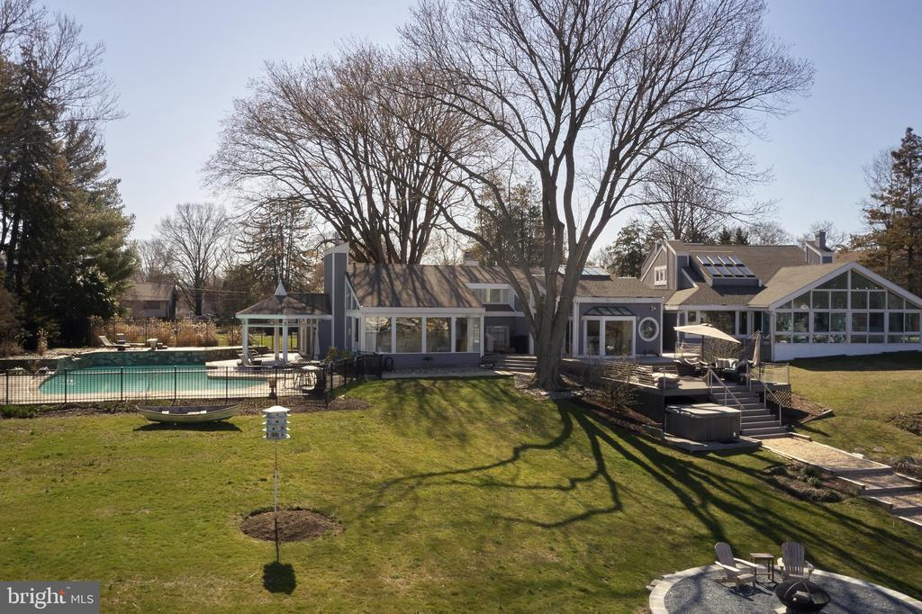 Magnificent Back yard - 238 RIVERSIDE RD, EDGEWATER