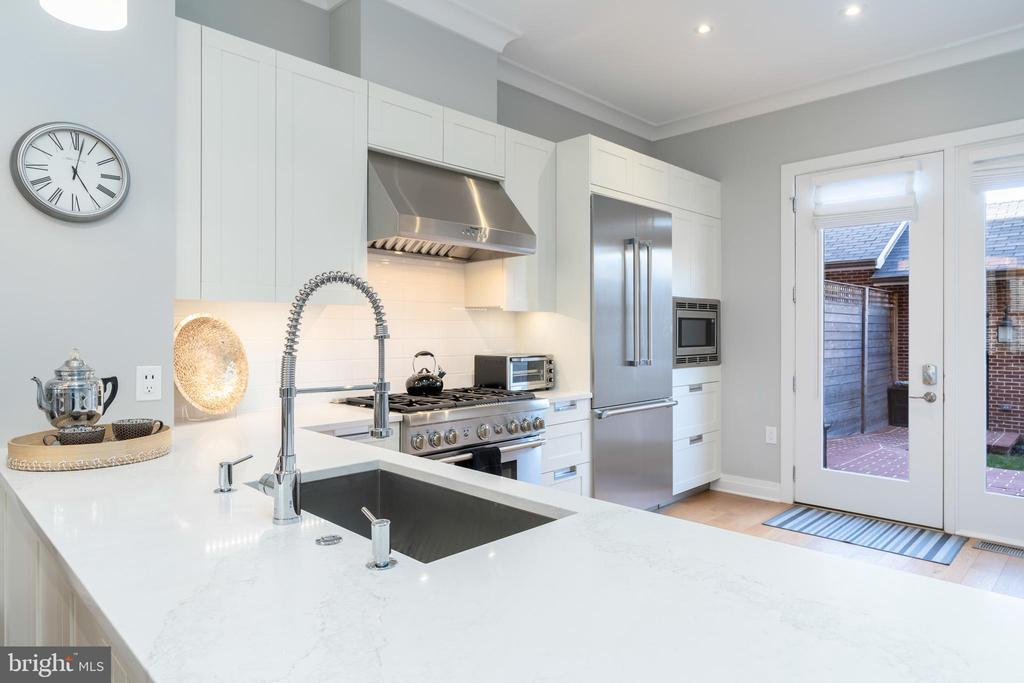 Kitchen with Snaidero cabinets - 505 ORONOCO ST, ALEXANDRIA