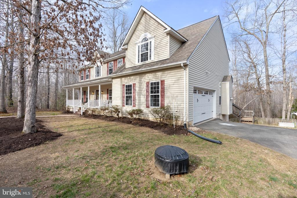 Lovely colonial with 2 car side load garage - 260 SPOTTED TAVERN RD, FREDERICKSBURG