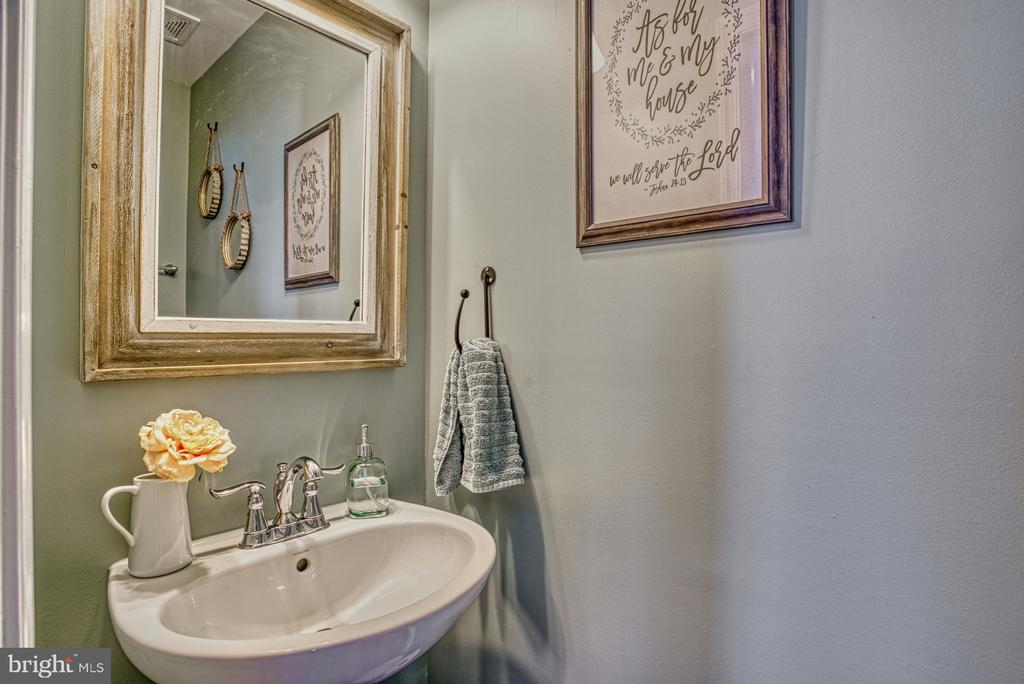 Half Bath on Main Level - 25056 MCCULLEY TER, ALDIE