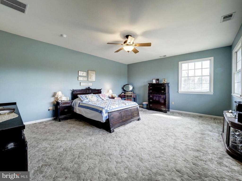 Upper Level  Master Bedroom - 7800 PERSIMMON TREE LN, BETHESDA