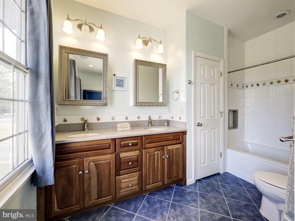 Upper Level 5 Ensuite Bathroom - 7800 PERSIMMON TREE LN, BETHESDA