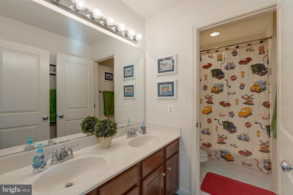 Upper Level Full Bathroom - 41528 WARE CT, ALDIE