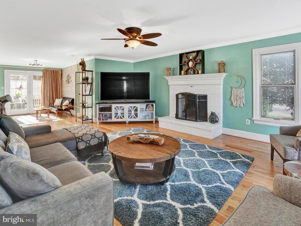 Large open family room with view of deck - 1012 MERCER PL, FREDERICK