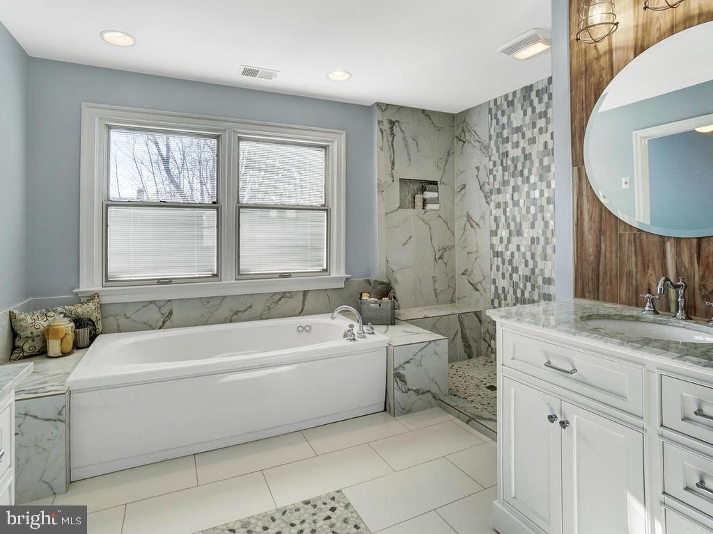 You have to see this bathroom to believe it - 1012 MERCER PL, FREDERICK