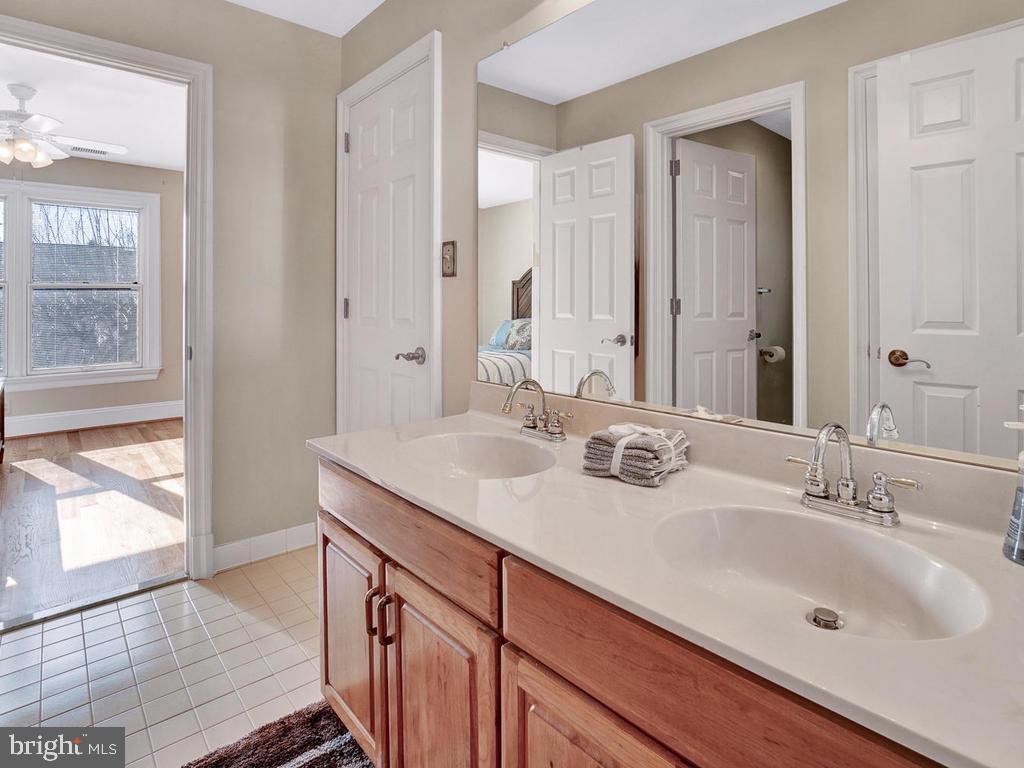 Upper level full bath with 3 access doors - 1012 MERCER PL, FREDERICK