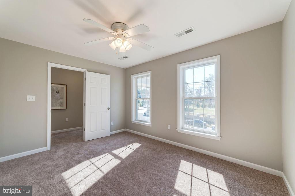 5th bedroom would make perfect 2nd office or gym - 7102 BYRNELEY LN, ANNANDALE