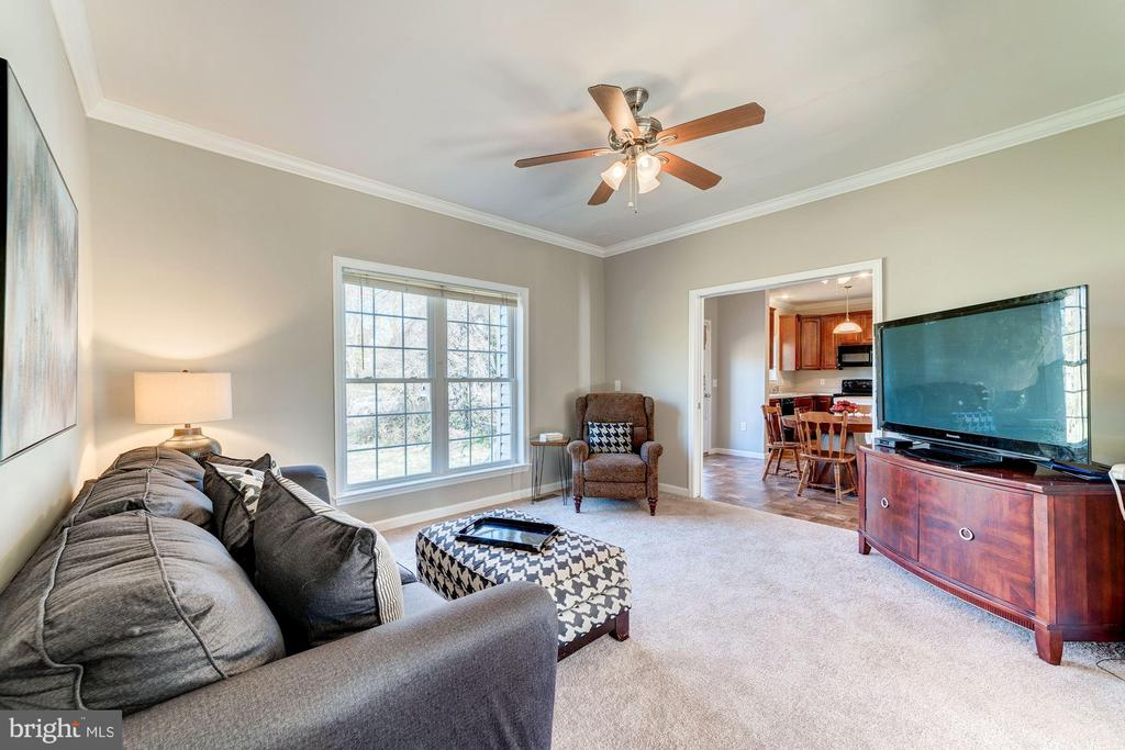 Family room right off kitchen - 7102 BYRNELEY LN, ANNANDALE