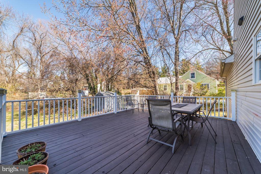 Huge deck right off kitchen - 7102 BYRNELEY LN, ANNANDALE