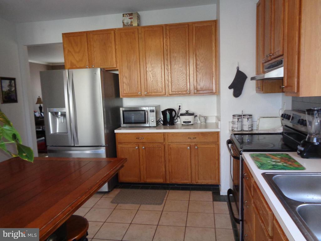 Kitchen w/ SS Refrigerator & Double Sink - 12509 HAWKS NEST LN, GERMANTOWN