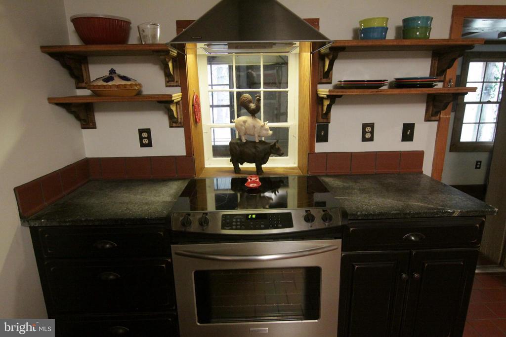 gourmet kitchen w/ custom range hood and cabinetry - 35820 CHARLES TOWN PIKE, HILLSBORO
