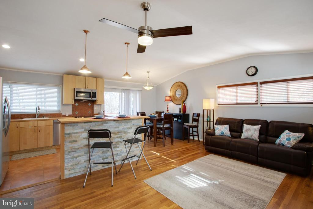 An open area for entertaining! - 10822 CHARLES DR, FAIRFAX