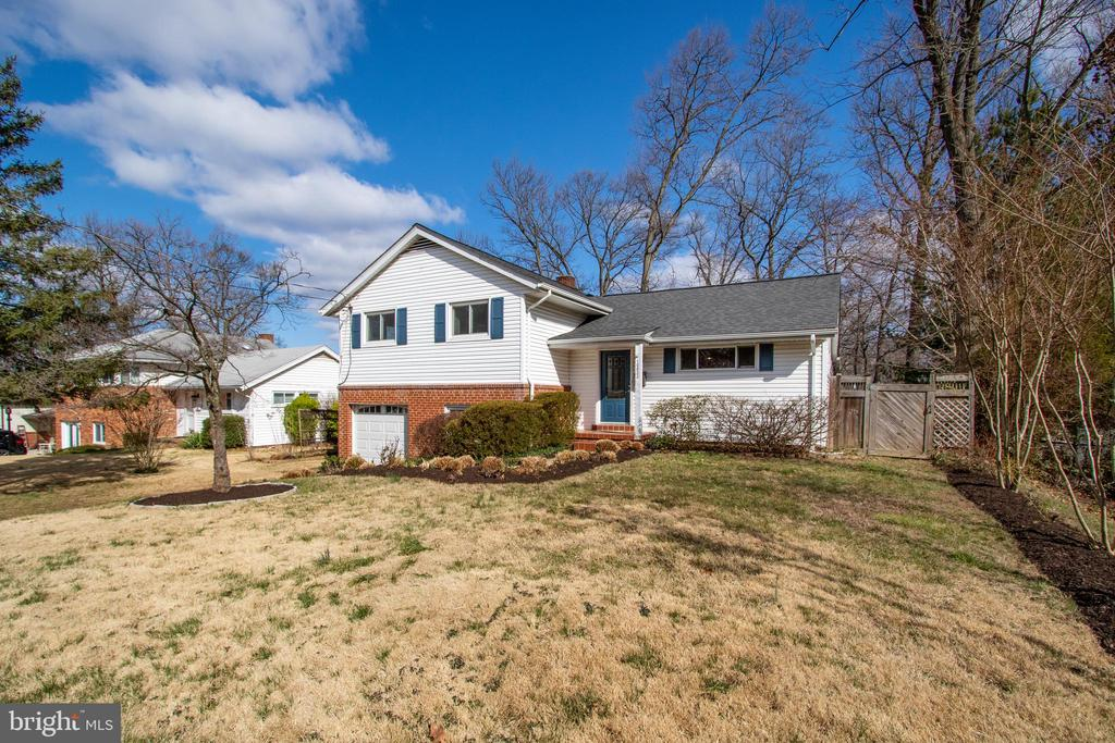 Fenced yard is great to have - 10822 CHARLES DR, FAIRFAX