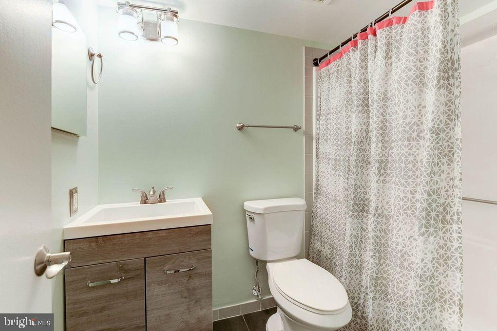 Updated Vanities and Bathroom - 1001 N RANDOLPH ST #819, ARLINGTON