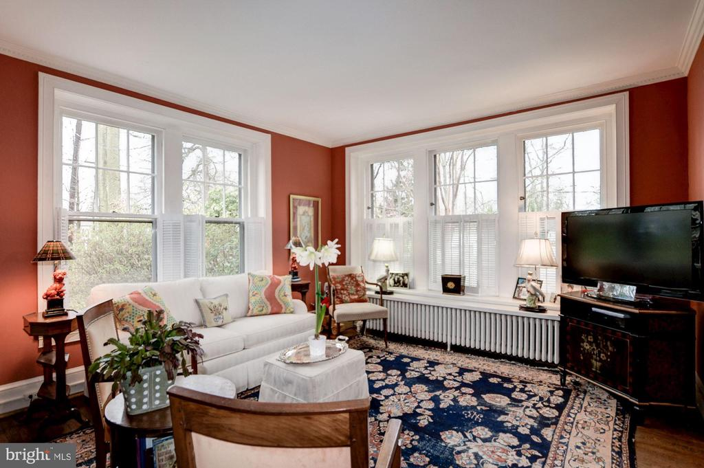 Family Room with High ceiling and Crown molding - 17 MAGNOLIA PKWY, CHEVY CHASE
