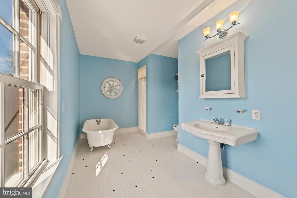 MASTER BATH - 40153 JANNEY ST, WATERFORD