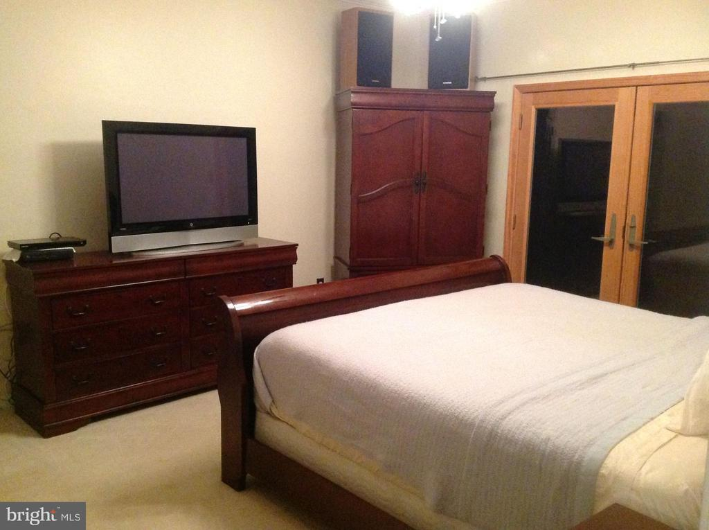 Master bedroom w/ french doors on main level - 12090 MOUNTAIN WATCH CT, LOVETTSVILLE