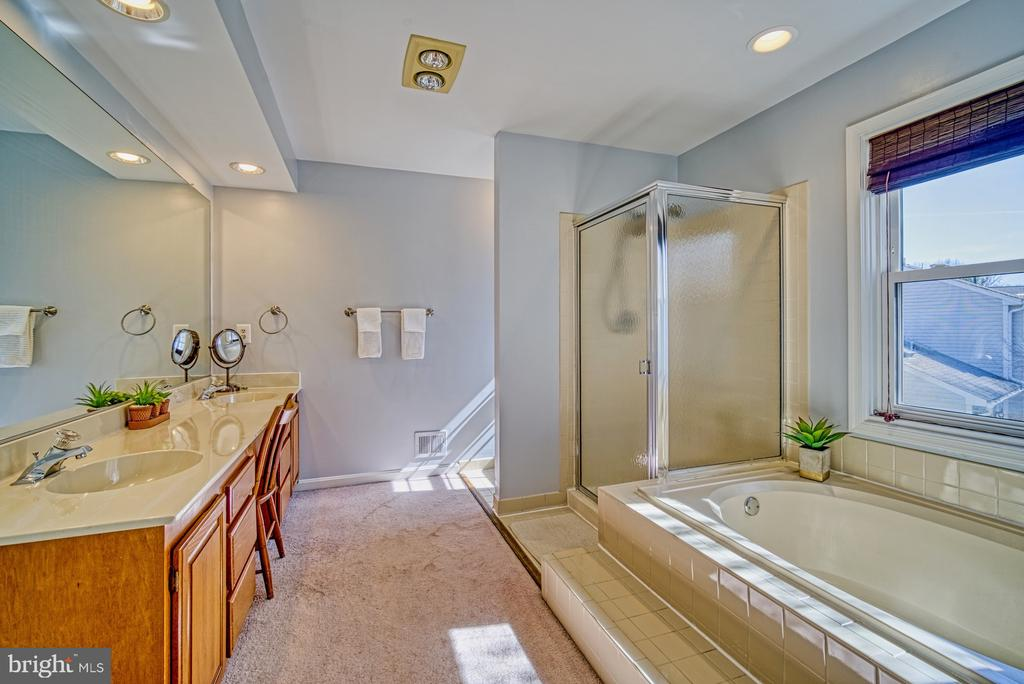 Large dual vanity, separate soaking tub and shower - 12911 ASHTON OAKS DR, FAIRFAX