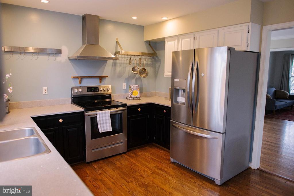 Kitchen w/ Convenient Pot Rack and New Appliances - 17281 PICKWICK DR, PURCELLVILLE