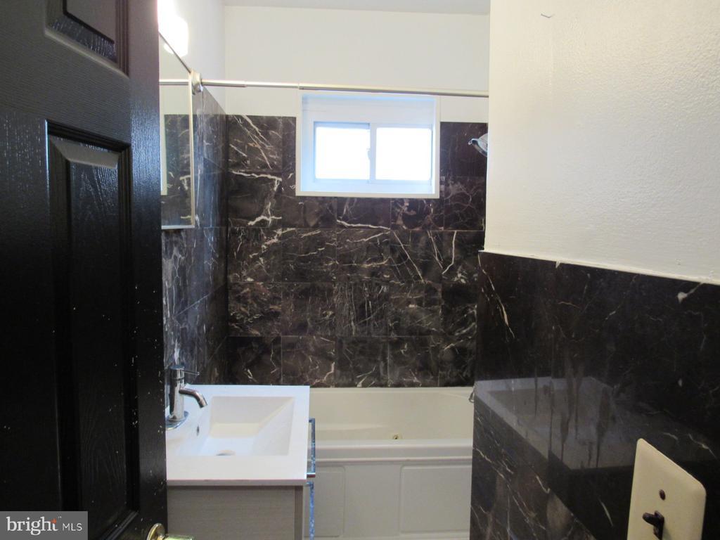 Top unit bathroom - 1803 2ND ST NW, WASHINGTON
