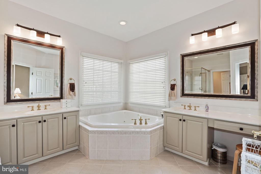 En-suite bathroom with tub & separate sinks - 10104 FARR OAK PL, FAIRFAX