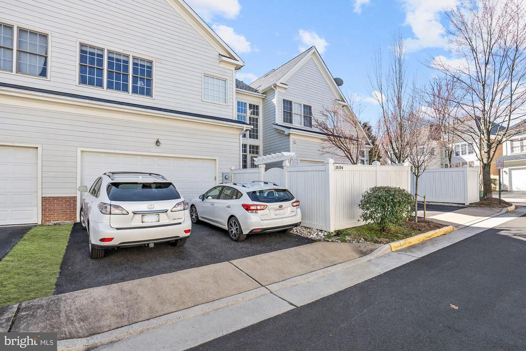 Two car garage plus two driveway spots - 10104 FARR OAK PL, FAIRFAX