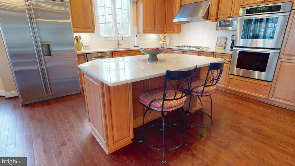 Island With Room For Stools - 1125 CLINCH RD, HERNDON
