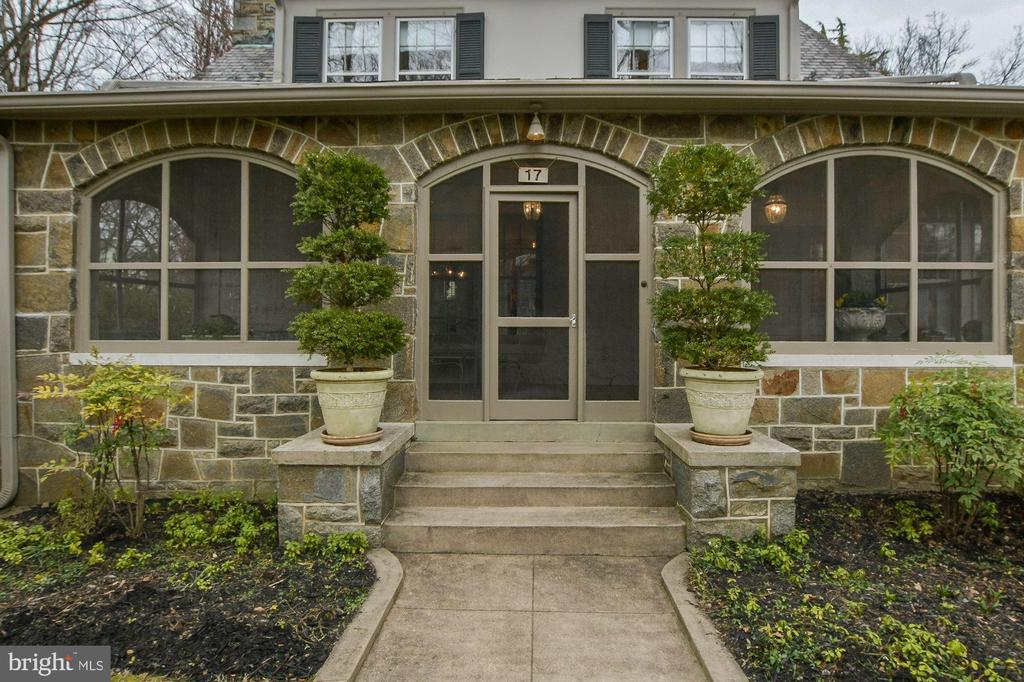 Engaging stone and smooth stucco house - 17 MAGNOLIA PKWY, CHEVY CHASE