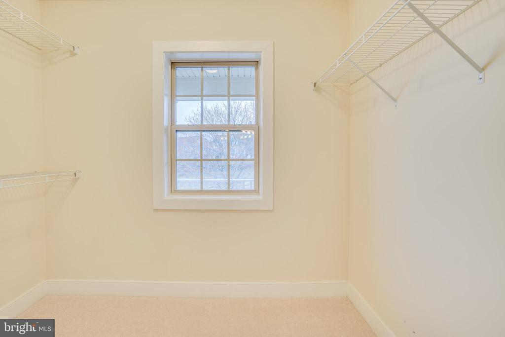 Great master closet with window! - 46673 JOUBERT TER, STERLING