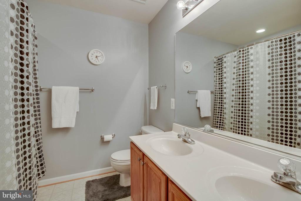 Upstairs Full Bath - 18 BASKET CT, STAFFORD