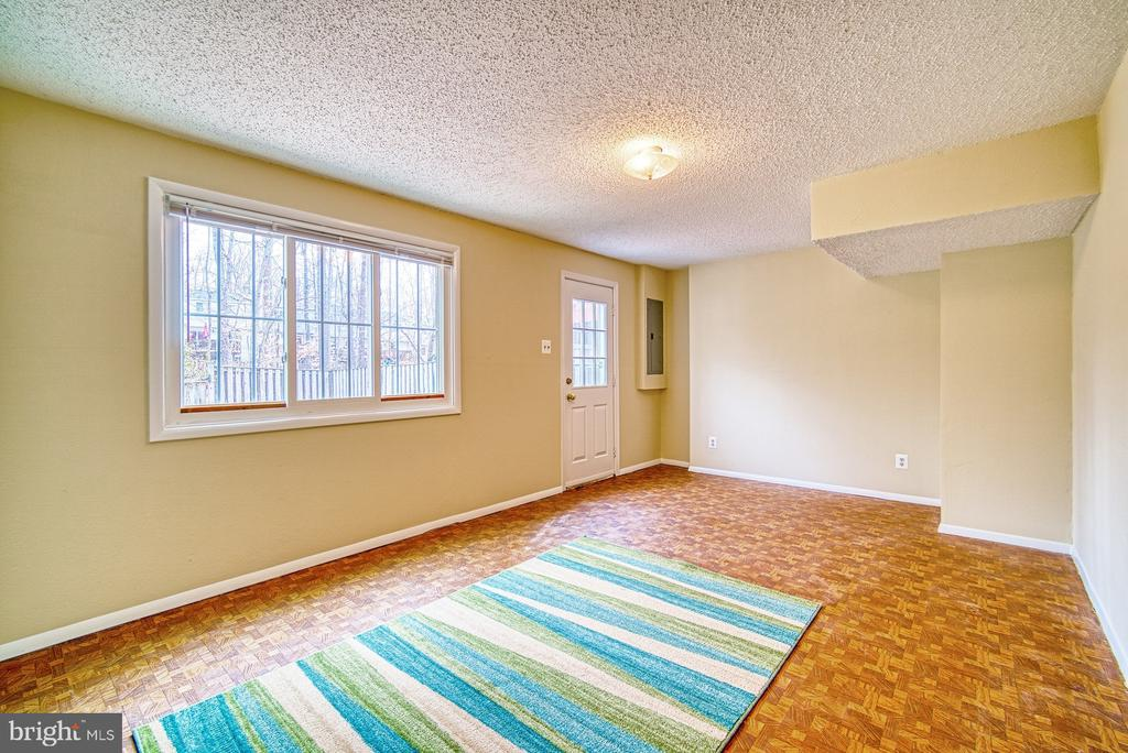 Walk out lower level with lots of light - 8105 WILLOWDALE CT, SPRINGFIELD