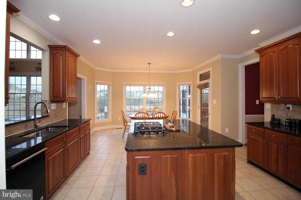 Gourmet Kitchen with Island - 19876 BETHPAGE CT, ASHBURN