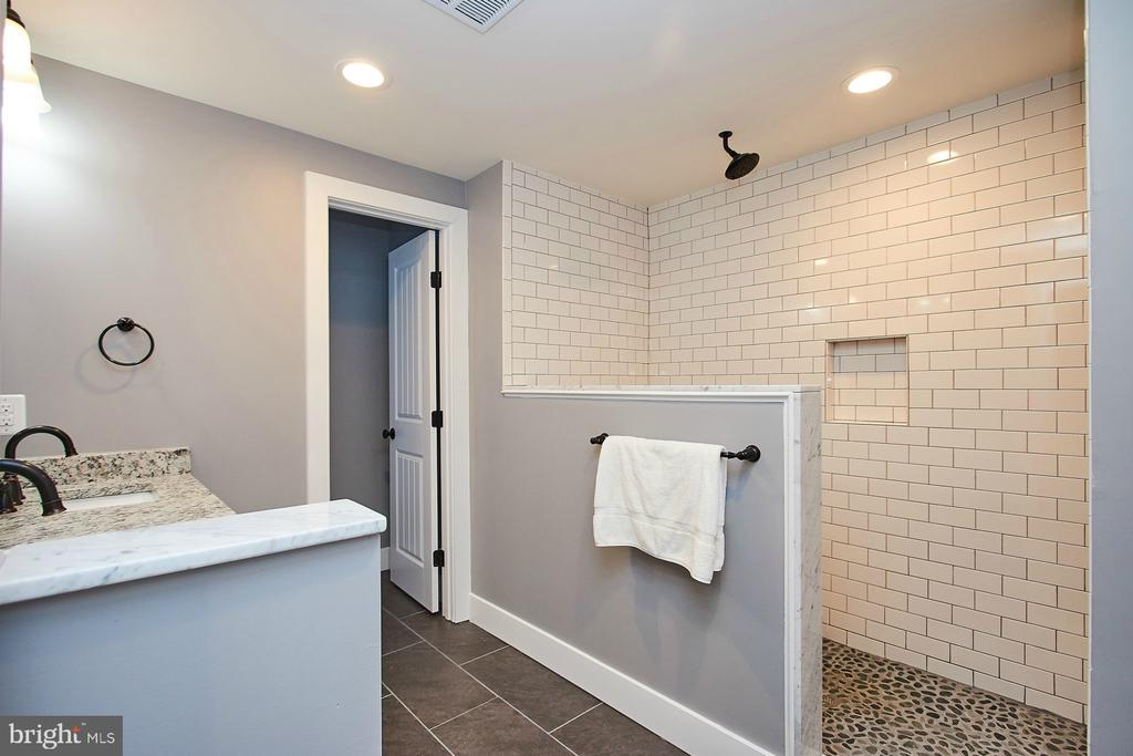 Master Bathroom - 70 N LAYCOCK ST, HAMILTON