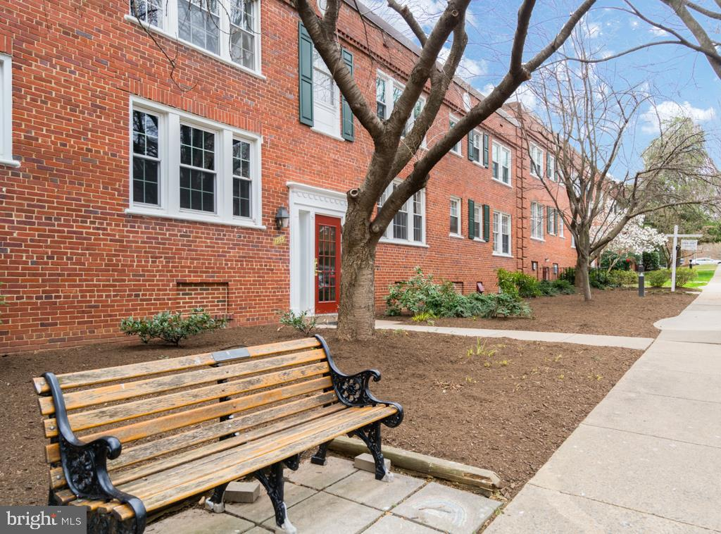 Bench Seating - 1909 N RHODES ST #21, ARLINGTON