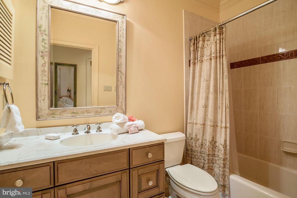 Attached Private En-suite Bath to BR 4 - 896 ALVERMAR RIDGE DR, MCLEAN