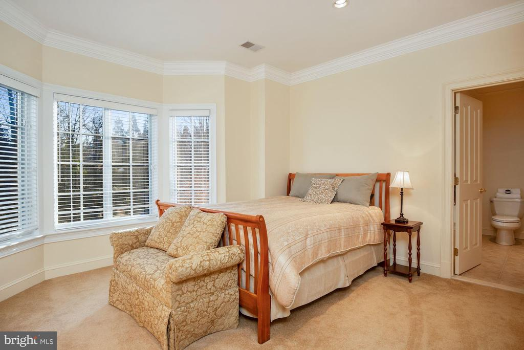 En-suite Bedroom 3 w/ Dual Entry Bath - 896 ALVERMAR RIDGE DR, MCLEAN
