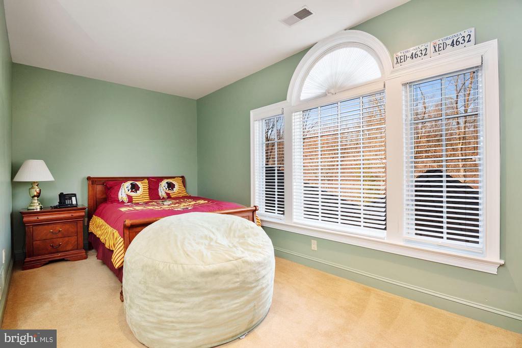 En-suite Bedroom 7 with Palladian Window Overlooki - 896 ALVERMAR RIDGE DR, MCLEAN