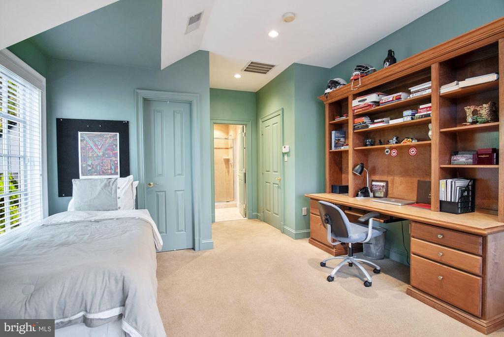 En-suite Bedroom 7 with Built-in Desk - 896 ALVERMAR RIDGE DR, MCLEAN