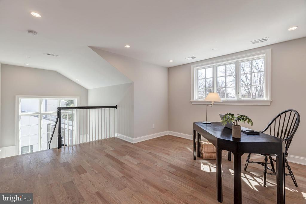 Great office on 3rd level with adjacent BR and BA - 4909 FALSTONE AVE, CHEVY CHASE