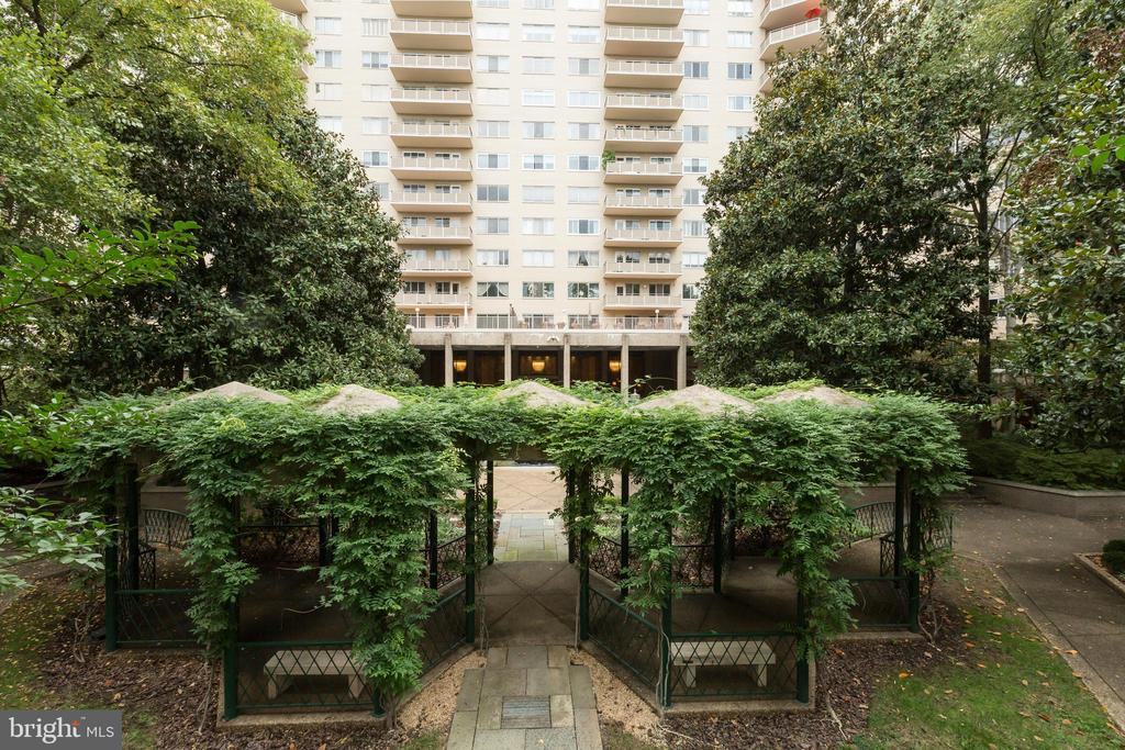 The Colonnade's many gardens - 2801 NEW MEXICO AVE NW #1122, WASHINGTON