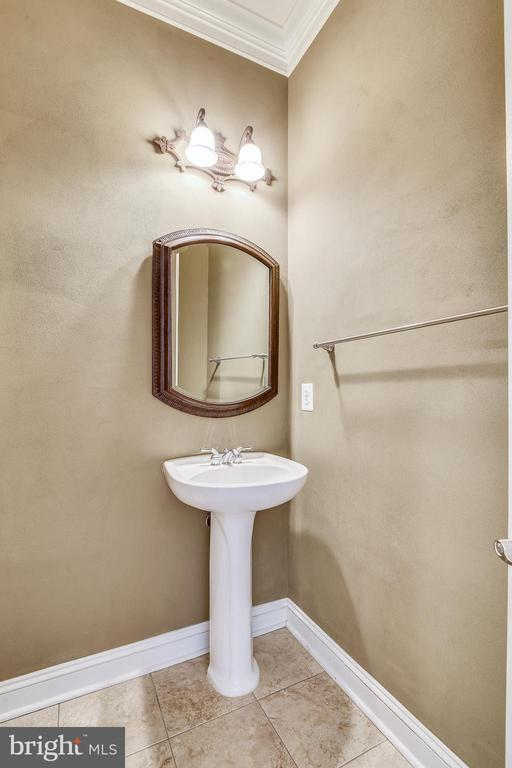 Main Floor Powder Room - 1831 ELGIN DR, VIENNA