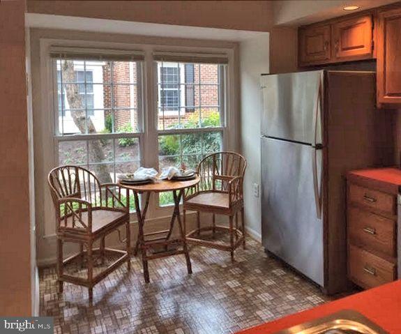 Eat-in kitchen/ bay window - 2550-B S ARLINGTON MILL DR #B, ARLINGTON