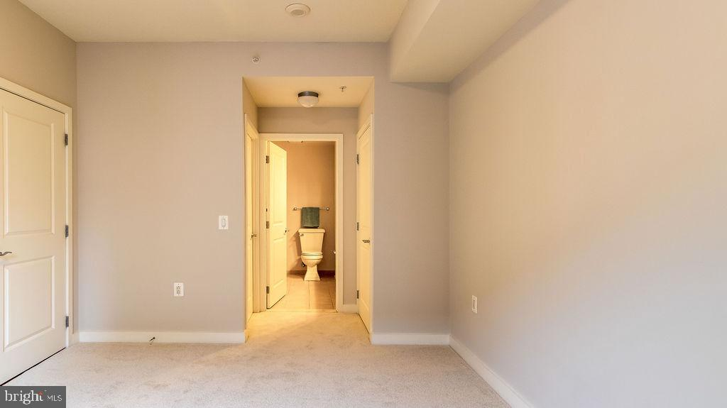 View into hallway and Master bathroom - 888 N QUINCY ST #1309, ARLINGTON